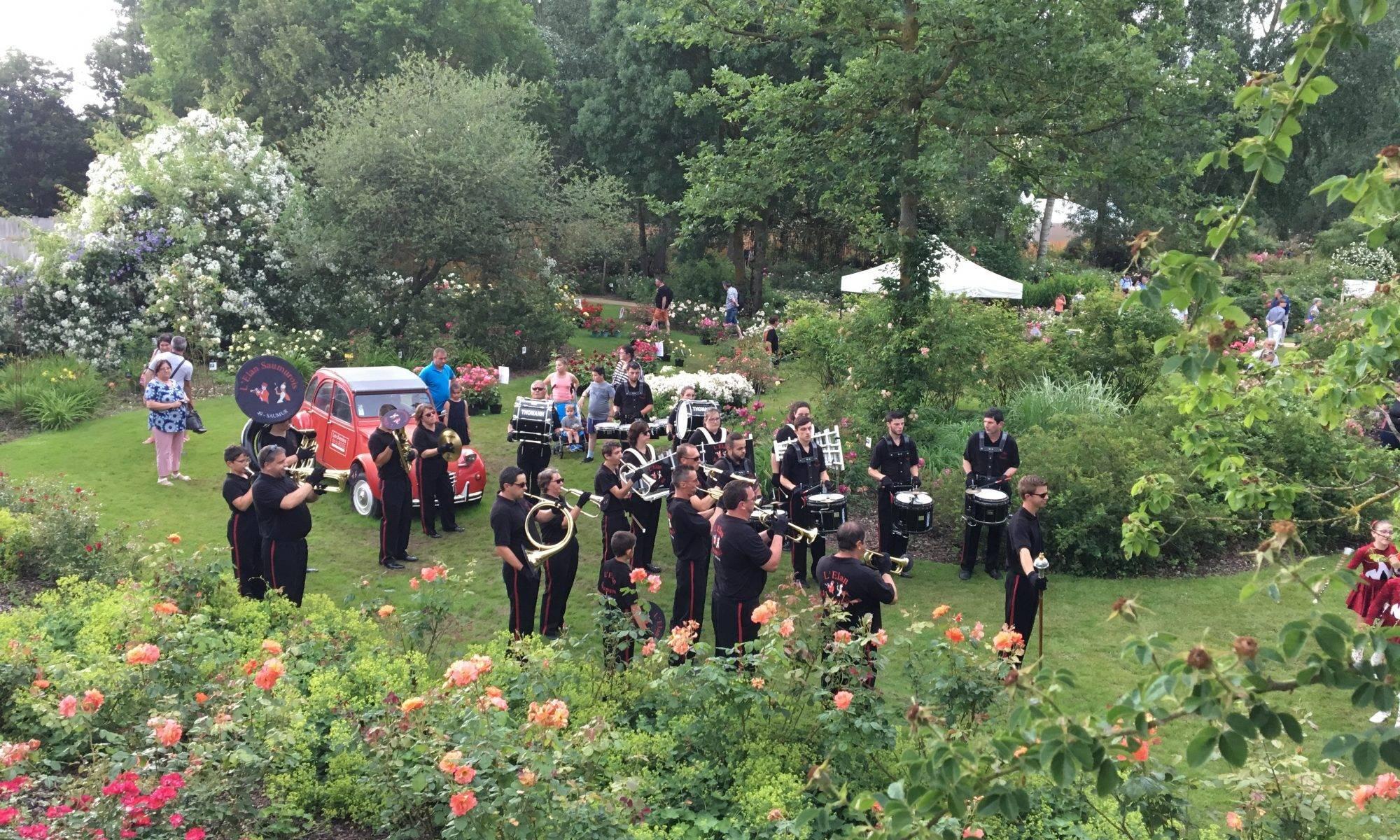 La fanfare au cœur du jardin des roses de Doué-la-Fontaine